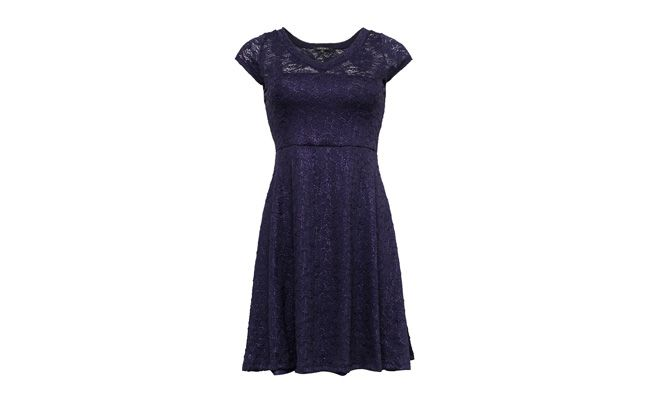 "Vestido de renda azul por R$124,90 na <a href=""http://bit.ly/1b005wr"" target=""_blank"">Aremo</a>"
