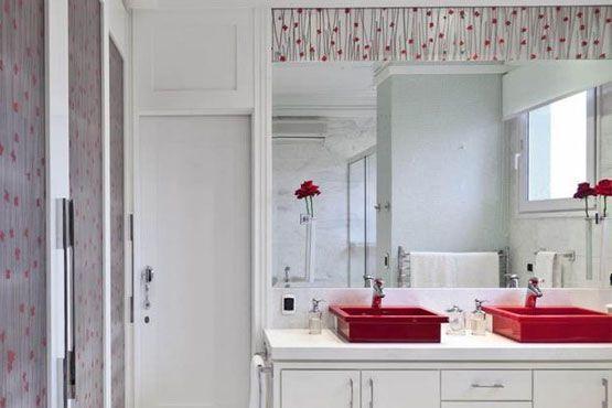 Renovar a cor, a textura e a estampa da parede do banheiro ajudam a mudar totalmente o ambiente.