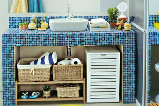 Use cestos e caixas encapadas para organizar os itens do banheiro.