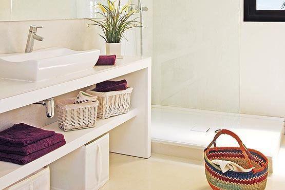 Escolha peças que se destacam no banheiro. Por exemplo, em um banheiro branco use jogos coloridos de tolhas, e em banheiros escuros, prefira jogos brancos.