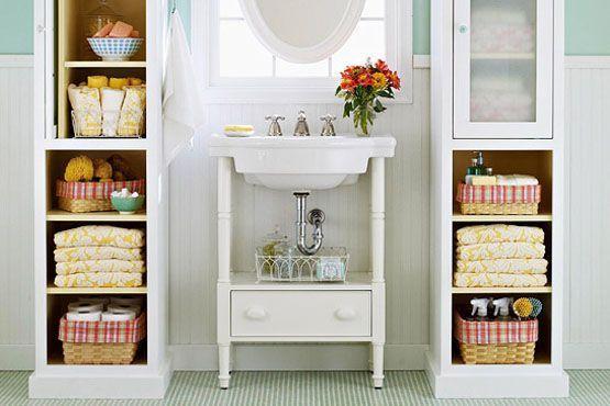 Invista em armários que possibilitam mais renovação no visual, como os armários abertos e os com tampa de vidro.