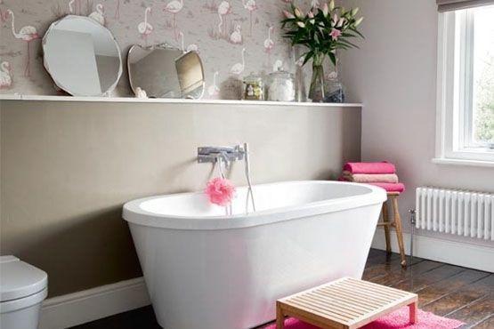 Aposte nos espelhos para decorar o banheiro e acompanhe a decoração com toques femininos no tom de rosa.