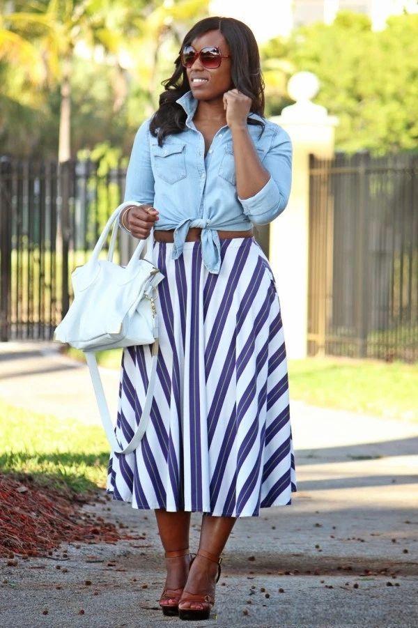 "Foto: Reprodução / <a href=""http://curvesandconfidence.com/2014/04/work-play-striped-midi-skirt.html"" target=""_blank"">Curves and Confidence</a>"