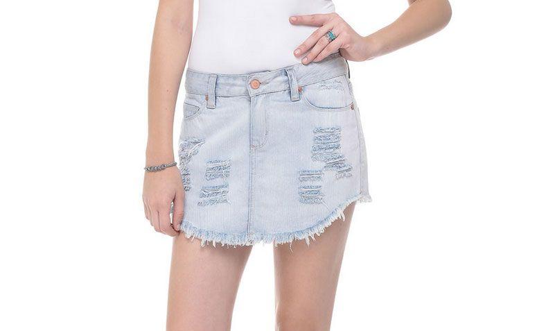 """Shorts saia com puídos por R$ 49,90 na <a href=""""http://www.lojasrenner.com.br/p/short-saia-feminino-em-jeans-com-puidos-536363723-536364769"""" target=""""_blank"""">Lojas Renner</a>"""