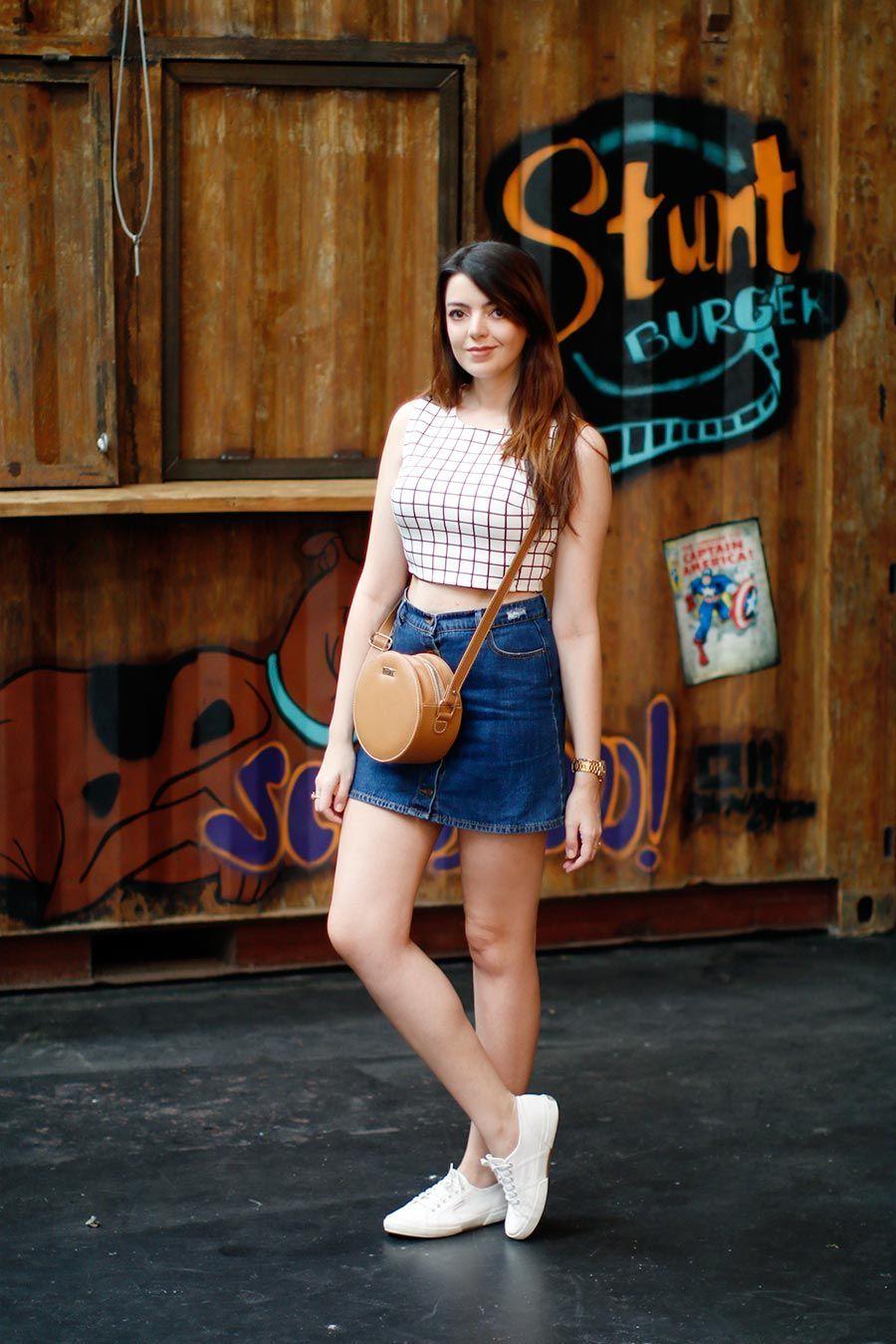 """Foto: Reprodução / <a href=""""http://www.justlia.com.br/2015/08/look-do-dia-saia-jeans-com-botoes-na-frente/ """" target=""""_blank"""">Just Lia</a>"""