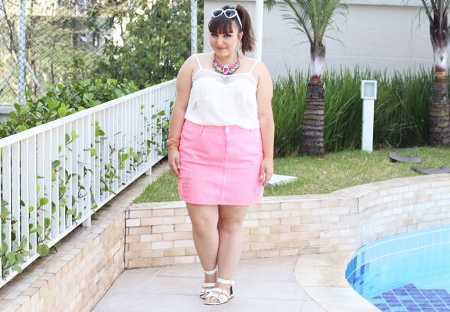 "Foto: Reprodução / <a href=""http://juromano.com/looks/saia-jeans-plus-size-rosa-e-blusa-de-franjas-da-rouge-marie "" target=""_blank"">Ju Romano</a>"