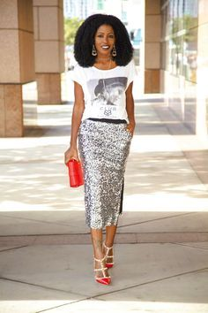 "Foto: Reprodução / <a href=""http://stylepantry.com/2014/02/21/graphic-tee-sequin-midi-skirt/"" target=""_blank"">Style Pantry</a>"