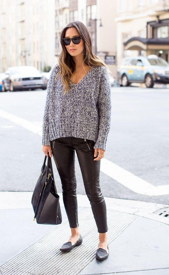 """Foto: Reprodução / <a href=""""http://www.songofstyle.com/2014/11/oversized-sweater-with-leather-pants-and-pointy-flats.html"""" target=""""_blank"""">Song of Style</a>"""