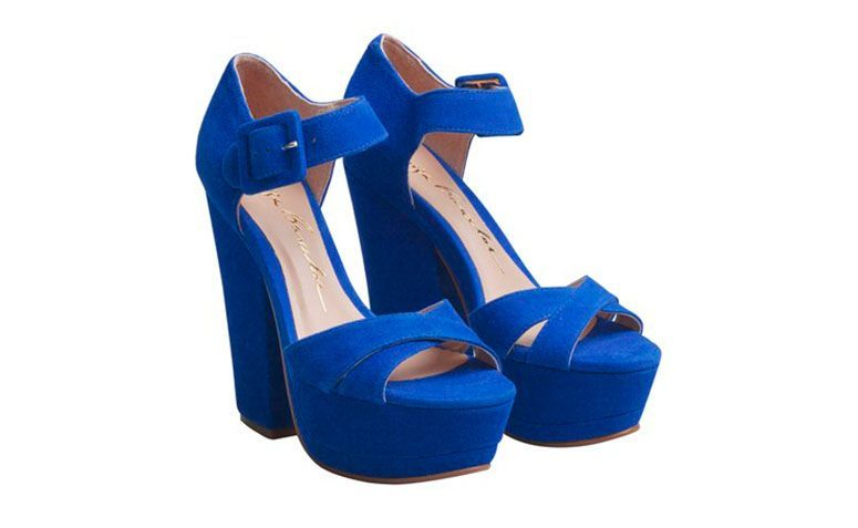 "Sandália meia pata e salto grosso por R$469 na <a href=""http://loja.luizabarcelos.com.br/sandalia-salto-grosso-camurca-azul-royal-1790.aspx/p"" target=""blank_"">Luiza Barcelos</a>"