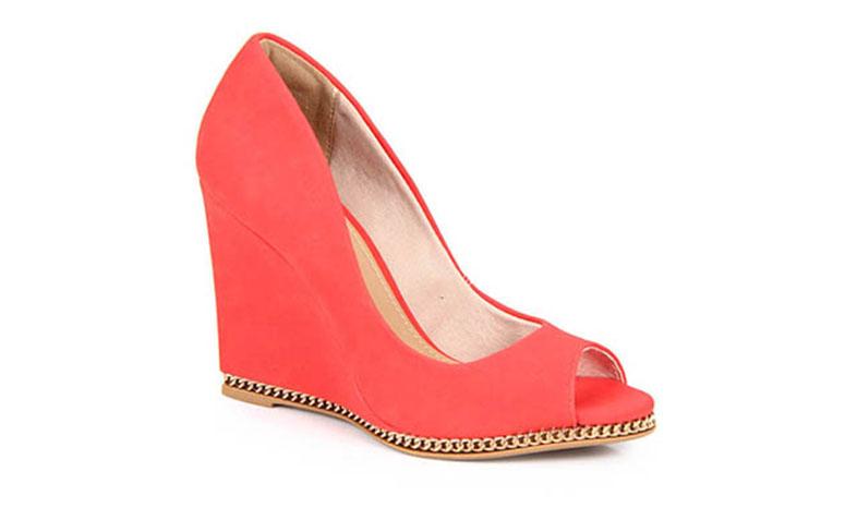 """Peep toe com plataforma por R$99,99 na <a href=""""http://www.passarela.com.br/passarela/produto/_/R-Peep-Toe-Lara-11202523-Vermelho-6091215716-10001"""" target=""""blank_"""">Passarela</a>"""