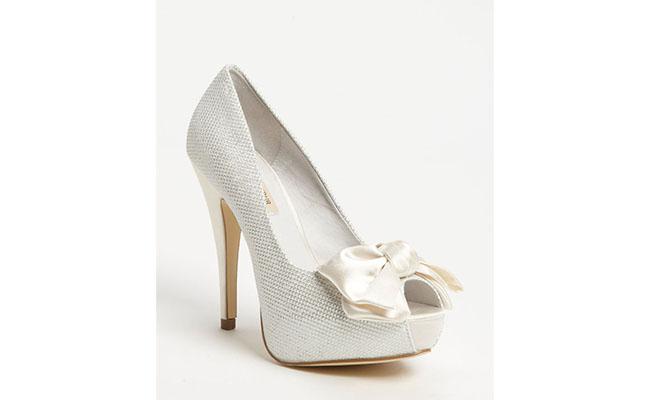 "Peep Toe Menbur por U$139,95 na <a href=""http://shop.nordstrom.com/s/ivanka-trump-galantz-sandal/3508380?origin=category"" target=""blank_"">Nordstrom</a>"
