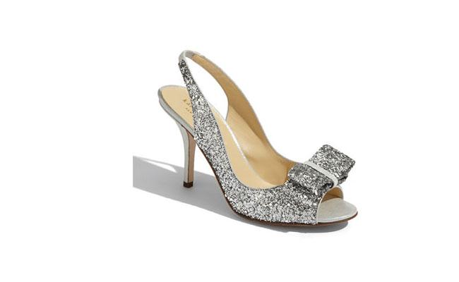 "Kate Spade New York por U$325 na <a href=""http://shop.nordstrom.com/s/kate-spade-new-york-charm-slingback-pump/3641573?origin=category-personalizedsort&contextualcategoryid=0&fashionColor=&resultback=2500&cm_sp=personalizedsort-_-browseresults-_-1_7_C"" target=""blank_"">Nordstrom</a>"