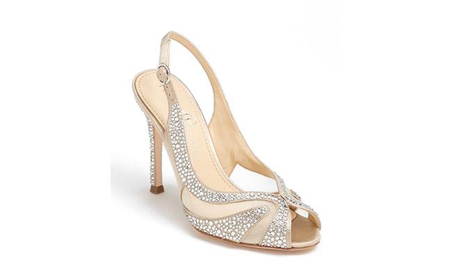 "Sandália Ivanka Trumo por U$186,90 na <a href=""http://shop.nordstrom.com/s/ivanka-trump-galantz-sandal/3508380?origin=category"" target=""blank_"">Nordstrom</a>"