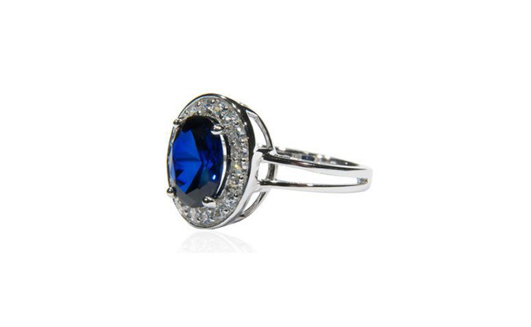 "Anel Kate com spinel azul por R$269 na <a href=""http://bit.ly/1dgEa5M"" target=""_blank"">Marie Mancini</a>"