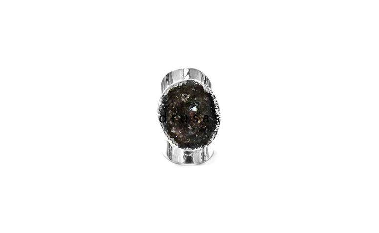 """Anel ajustável folheado a prata por R$180,00 na <a href=""""http://www.pedragaia.com.br/pd-1e44c4-anel-cuff-drusa-ajutavel-prateado.html?ct=9b191&p=1&s=1"""" target=""""blank_"""">Pedra Gaia</a>"""