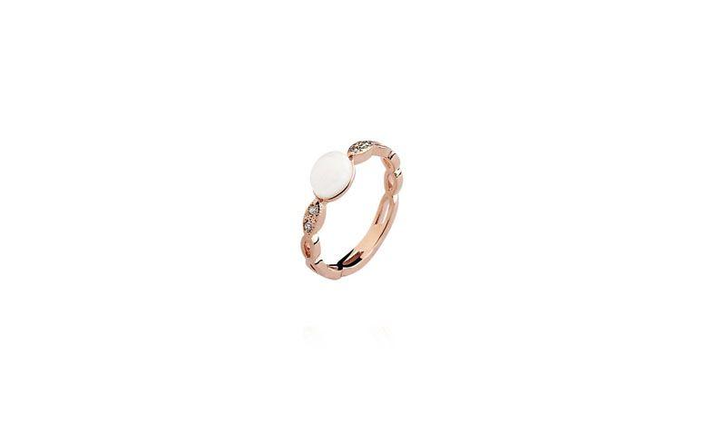 """Anel com dolomita banhado a ouro por R$54,90 na <a href=""""http://www.toquedejoia.com/produto/01AR0160B15/anel-semijoia-ouro-rose-alianca-ondulada-dolomita"""" target=""""blank_"""">Toque de Joia</a>"""