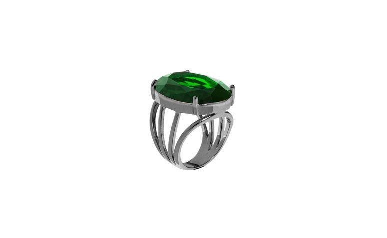 "Anel com banho de ródio e pedra de cristal por R$165,00 na <a href=""http://www.vika.com.br/anel-pedra-semi-joia-10522.aspx/p"" target=""blank_"">Vika</a>"