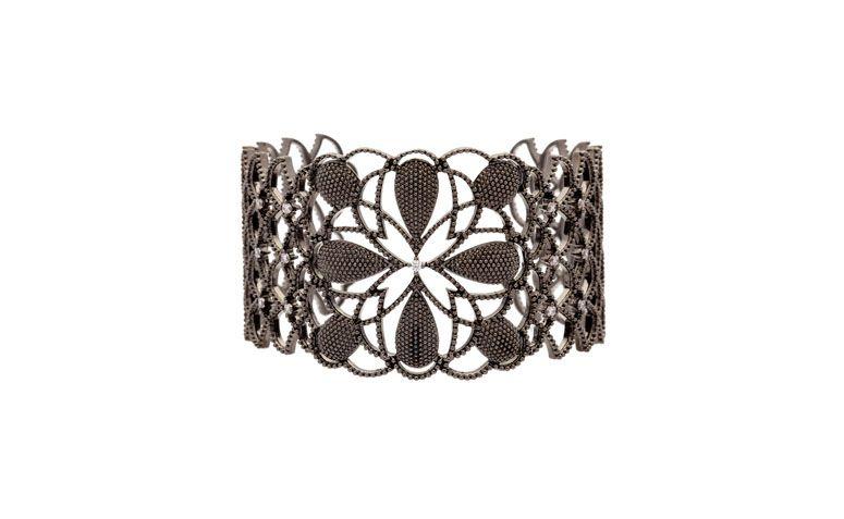 """Bracelete com zircônias banhado a ródio por R$665,00 na <a href=""""http://www.vika.com.br/bracelete-cravejado-semi-joia-10815.aspx/p"""" target=""""blank_"""">Vika</a>"""