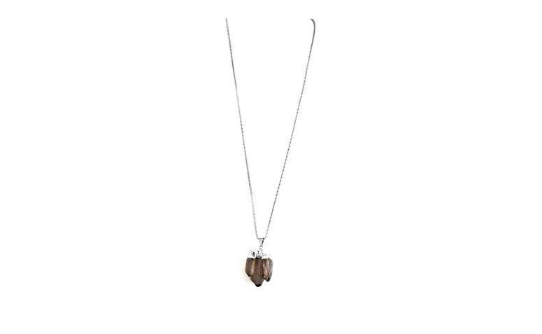 """Corrente folheada a prata com pingente de quartzo por R$96,00 na <a href=""""http://www.pedragaia.com.br/pd-1d315b-quartzo-fume-corrente-50-cm-prateado.html?ct=9b18e&p=1&s=1"""" target=""""blank_"""">Pedra Gaia</a>"""