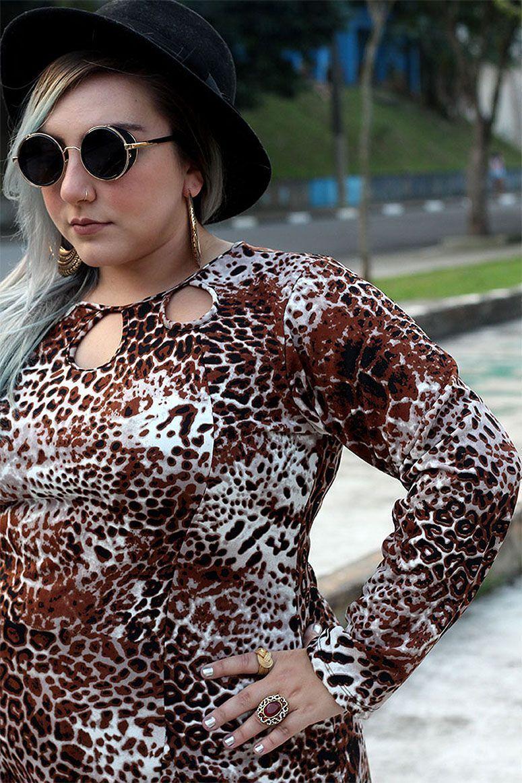 """Foto: Reprodução / <a href=""""http://juromano.com/looks/vestido-plus-size-evase-para-usar-com-meia-calca-chic-e-elegante"""" target=""""_blank"""">Ju Romano</a>"""