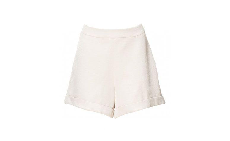 "Shorts Lirio por R$79,90 na <a href=""http://ad.zanox.com/ppc/?29468903C12403682&ULP=[[https://amaro.com/p/shorts-lirio/prata?epar=af_as_00_za_zanox]]"" target=""blank_"">Amaro</a>"