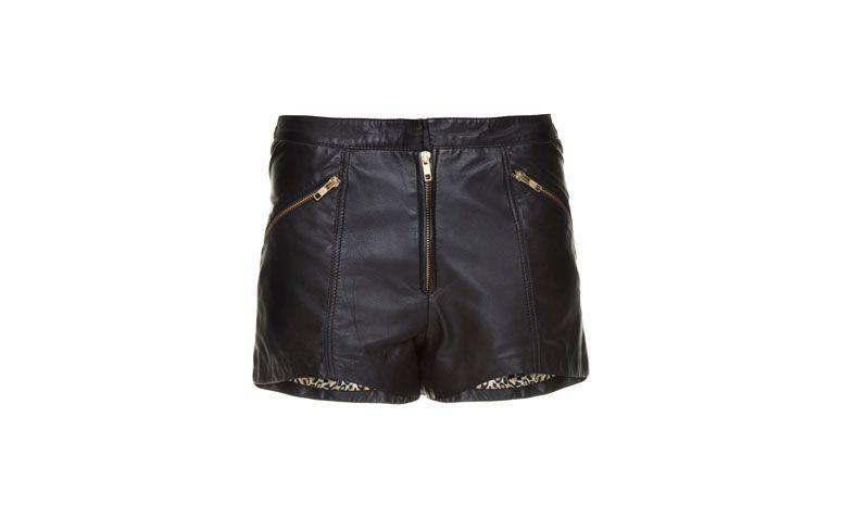 "Shorts Juju Costa por R$740 na <a href=""http://www.gallerist.com.br/shorts-juju-costa-coringa-black-10322.aspx/p"" target=""blank_"">Gallerist</a>"