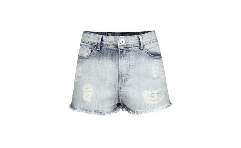 "Shorts Ellus por R$298 na <a href=""http://ad.zanox.com/ppc/?29469669C13209181&ULP=[[http://www.glamour.com.br/ellus-shorts-short-ellus-toyama-denim-hw-placa-bolso-jeans-claro/p?utm_source=B2C_Afiliados_Zanox_Kangoolu&utm_medium=Deeplink_Zanox&utm_campaign=Produtos_Que_Amamos_Zanox_Kangoolu&prc=9899]]"" target=""blank_"">Glamour</a>"