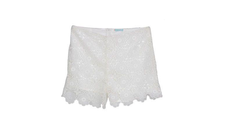 "Shorts Cora por R$98 na <a href=""http://ad.zanox.com/ppc/?29469669C13209181&ULP=[[http://www.glamour.com.br/cora-shorts-short-cora-renda-natural-p/p?utm_source=B2C_Afiliados_Zanox_Kangoolu&utm_medium=Deeplink_Zanox&utm_campaign=Produtos_Que_Amamos_Zanox_Kangoolu&prc=9899]]"" target=""blank_"">Glamour</a>"