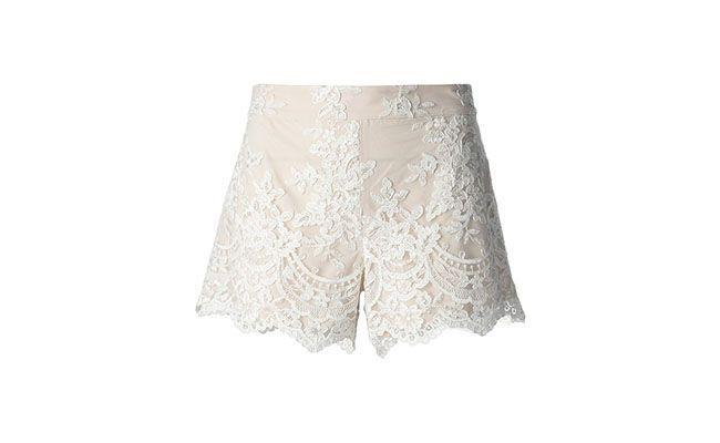 """Short de renda creme Alice + Olivia por R$ 1.368,00 na <a href="""" http://www.farfetch.com/br/shopping/women/aliceolivia-lace-short-item-10698467.aspx?storeid=9214&ffref=lp_4_"""" target=""""_blank"""">Farfetch</a>"""