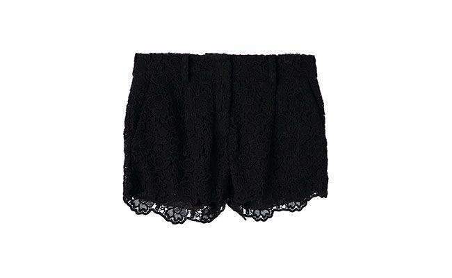 """Short de renda preto Diane Von Furstenberg por R$ 855,00 na <a href="""" http://www.farfetch.com/br/shopping/women/diane-von-furstenberg-naples-hippolyte-lace-shorts-item-10705185.aspx?storeid=9503&ffref=lp_2_"""" target=""""_blank"""">Farfetch</a>"""