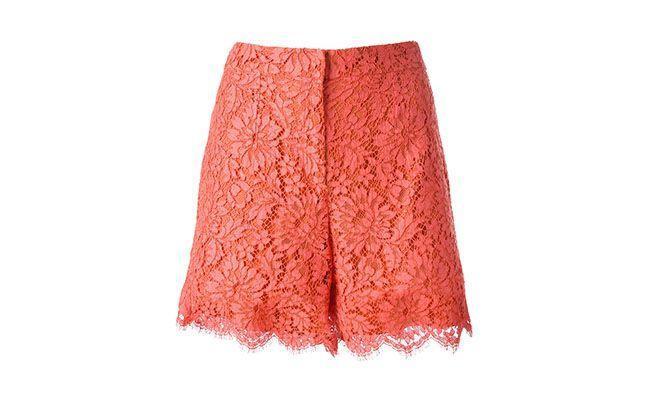 "Short coral de renda Dolce e Gabbana por R$ 3.740,00 na <a hrefhttp://www.farfetch.com/br/shopping/women/dolce-gabbana-lace-shorts-item-10690581.aspx?ffref=pp_recom"" target=""_blank"">Farfetch</a>"