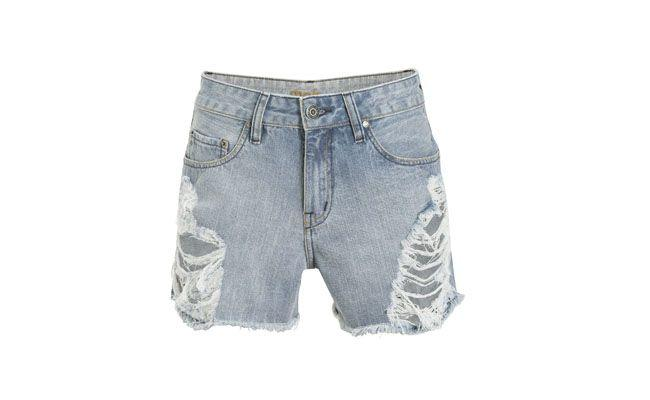 """Short jeans com rasgos laterais por R$119,00 na <a href=""""http://www.shop2gether.com.br/shorts-jeans-com-rasgos-laterais-lf.html"""" target=""""_blank""""> Shop2gether</a>"""