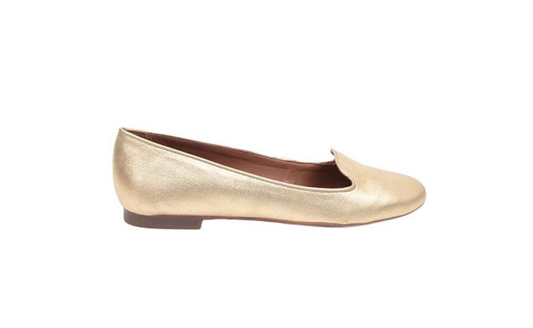 "Slipper Dourado, da Ana Capri por R$57,50 na <a href=""http://www.theboutique.com.br/sapatilhas/slipper-eco-suede-ouro-anacapri-6926.html"" target=""_blank"">The Boutique</a>"