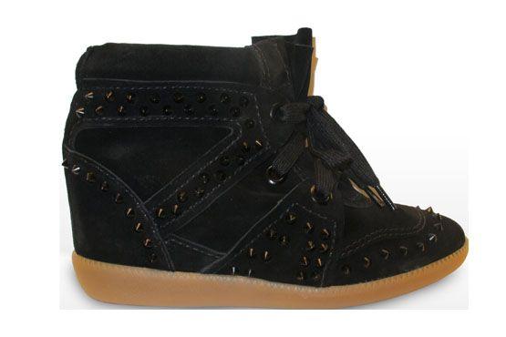 Wedge sneaker aveludado e com tachas da marca Schutz.