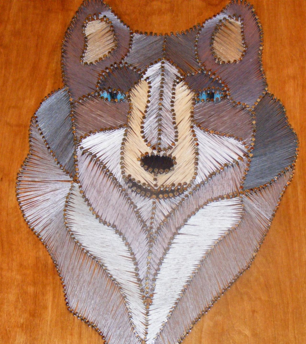 """Foto: Reprodução / <a href=""""http://www.designsinwoodandstring.com/string_art_wolf_cougar_and_indian_feather_fan#Previous"""" target=""""_blank"""">Designs in wood and string</a>"""