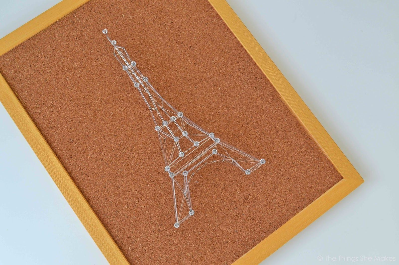 """Foto: Reprodução / <a href="""" http://thethingsshemakes.blogspot.co.uk/2014/03/pin-and-thread-eiffel-tower.html"""" target=""""_blank"""">The things she makes</a>"""