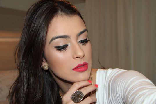 """Foto: Reprodução / <a href=""""http://www.fhits.com.br/maquiagem-completa-com-boca-vermelha"""" target=""""_blank"""">Mariana Saad</a>"""