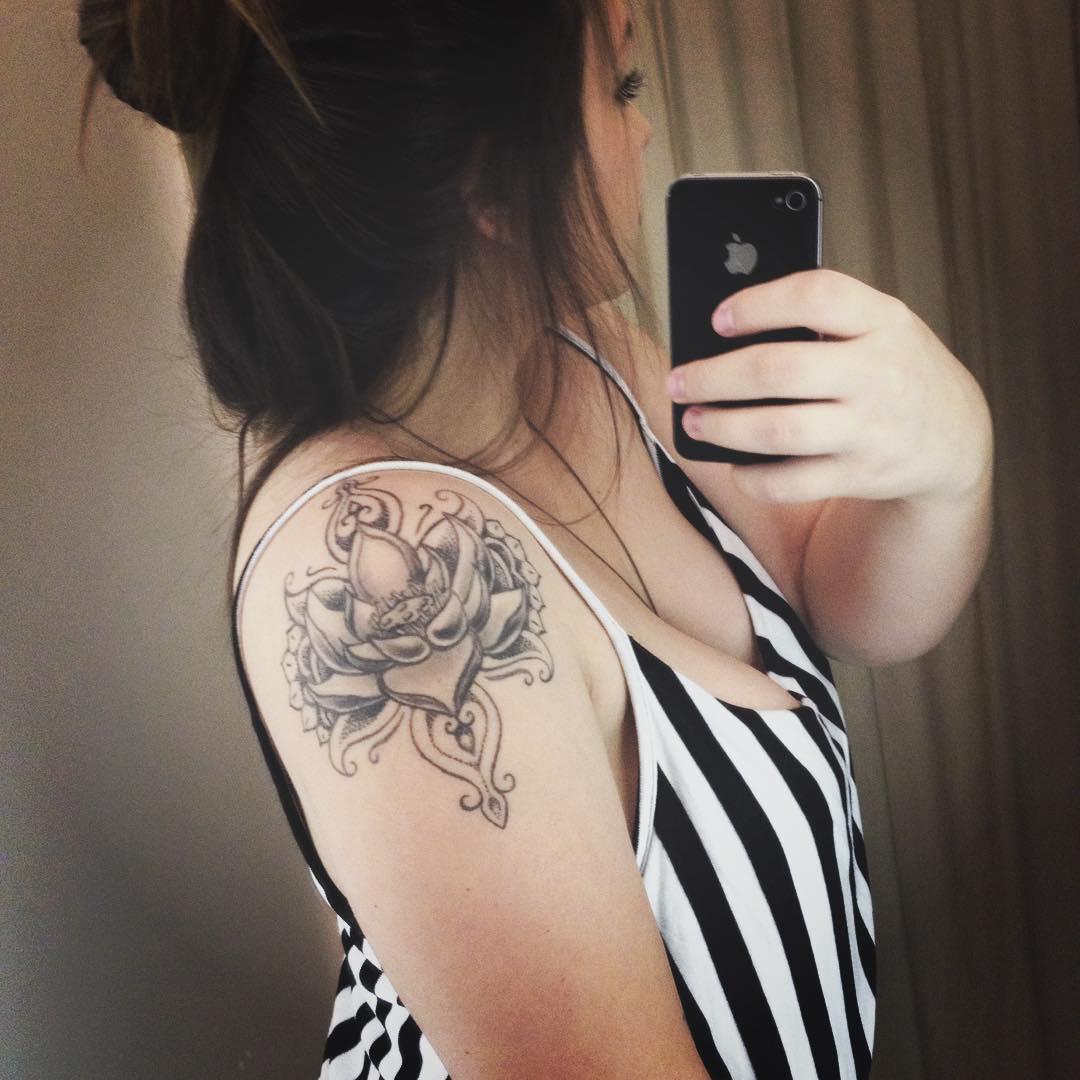 tatuagens femininas no braço flor de liz