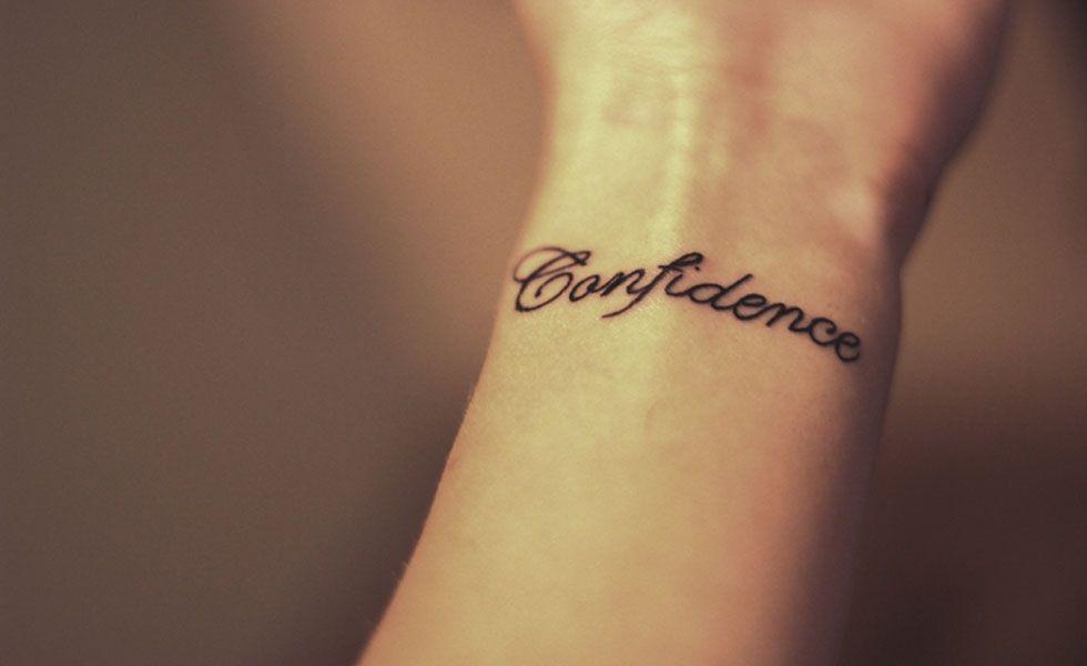 As tatuagens escritas no pulso são delicadas e você pode optar por alguma palavra que signifique algo importante para a sua vida. A escolha da letra é essencial para que o efeito final saia como o esperado.