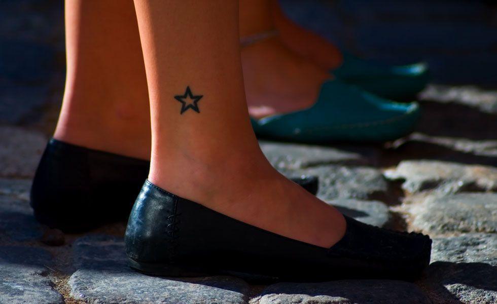 A estrela é também um símbolo delicado e comum entre as tatuagens femininas. O tornozelo é um exemplo de lugar para tatuar com estrelinhas. Sequência de 3 estrelas de diferentes cores também é uma ideia legal de tatuagem delicada.