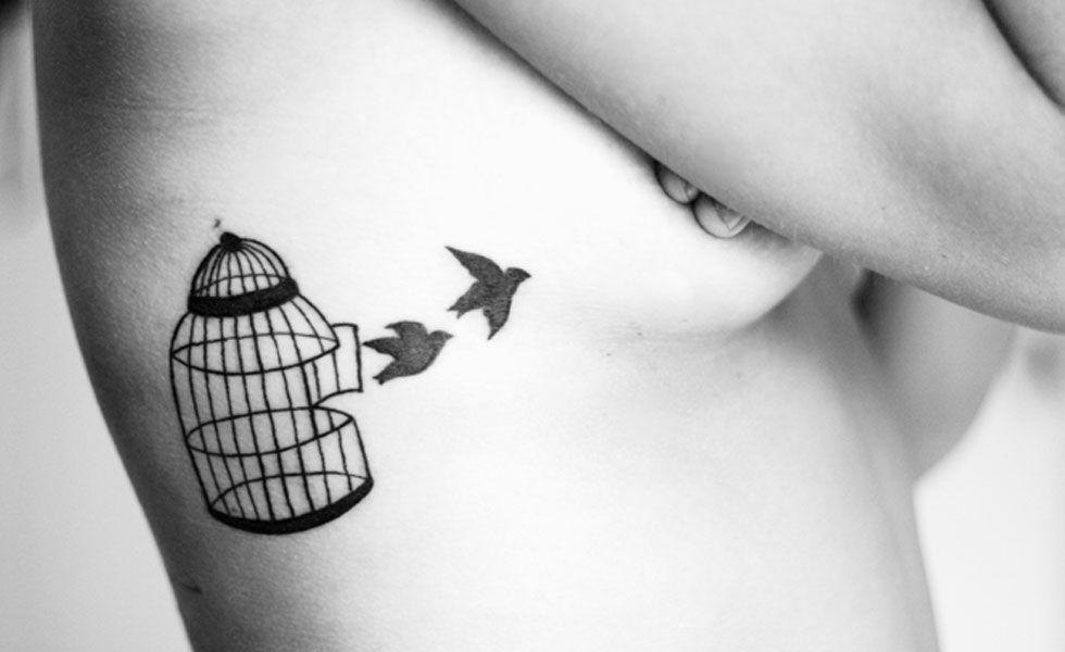Tatuagens com gaiolas e passarinhos estão em alta entre as mulheres e meninas. Quando se trata dos pássaros, as andorinhas são as mais indicadas, pois são bonitas, delicadas e expressam liberdade.