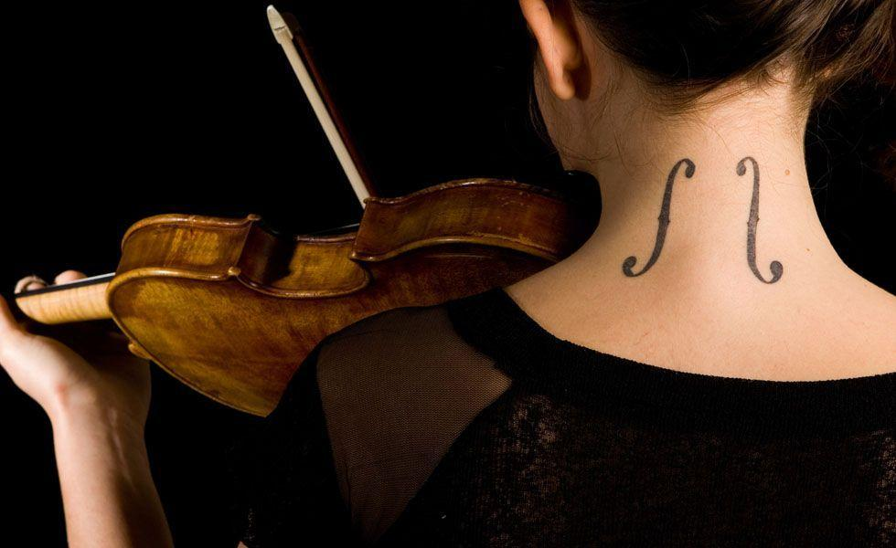 Essa é uma tatuagem especial para quem gosta ou vive de música. Aproveite a tatuagem para homenagear o seu instrumento, música ou artista preferido.
