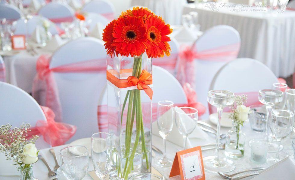 <p>Outra ideia que você pode usar no seu casamento, é decorar de acordo com alguma estação do ano. Na primavera, decorar com muitas cores e flores. No verão, com cores frias e frescas, como verde e azul. No outono, com cores aconchegantes como vinho ou terracota. E no inverno, com cores quentes e velas nos centros de mesa. Usando a criatividade é possível imprimir o clima da estação em cada detalhe da sua festa. </p>