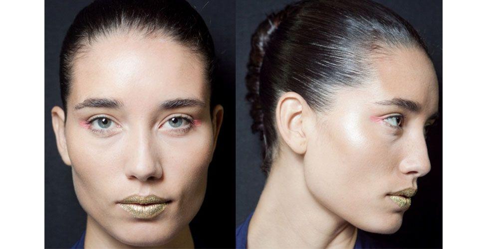 """<p>A beleza de Samuel Cinansck foi assinada por Celso Kamura e trouxe um visual inspirado no Egito. Os olhos foram marcados com <a href=""""http://www.dicasdemulher.com.br/delineador-colorido/"""">delineador colorido</a>  em formato de triângulo invertido. A boca foi o destaque da maquiagem, batom marrom e dourado marcaram os lábios das modelos com texturas metalizadas e glitter. </p> <p>Para os cabelos foi utilizado aplique para compor um longo <a href=""""http://www.dicasdemulher.com.br/conheca-6-tipos-diferentes-de-rabo-de-cavalo/"""">rabo de cavalo</a> torcido.</p>"""