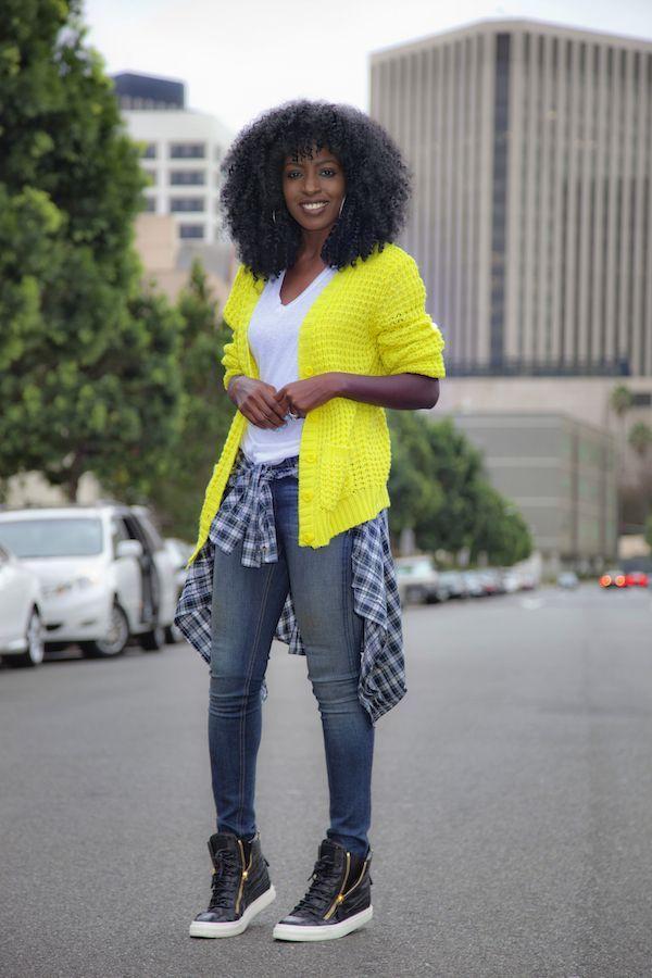 "Foto: Reprodução / <a href=""http://stylepantry.com/2014/11/03/neon-cardi-v-neck-tee-distressed-jeans/"" target=""_blank"">Style Pantry</a>"