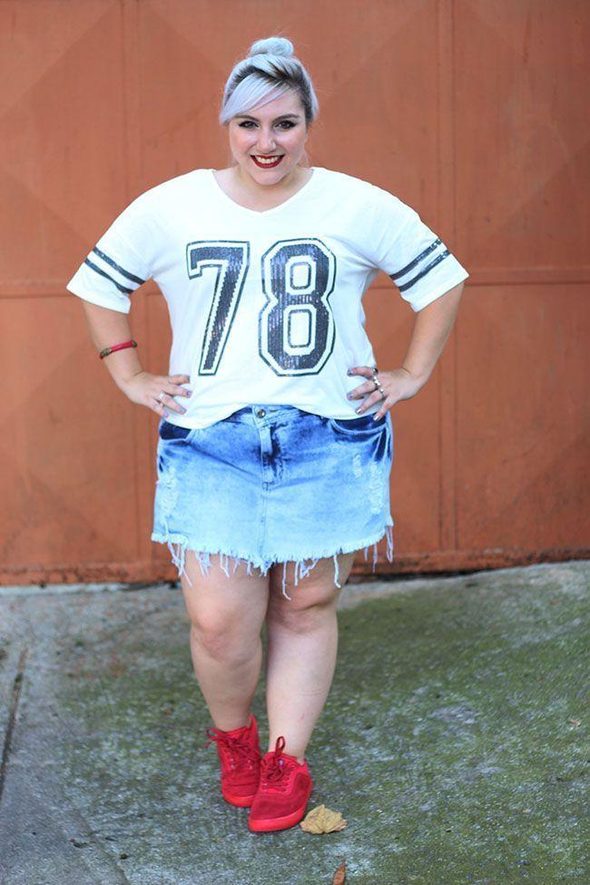 "Foto: Reprodução / <a href=""http://juromano.com/looks/look-plus-size-com-tenis-e-short-jeans-desafio-ano"" target=""_blank"">Ju Romano</a>"