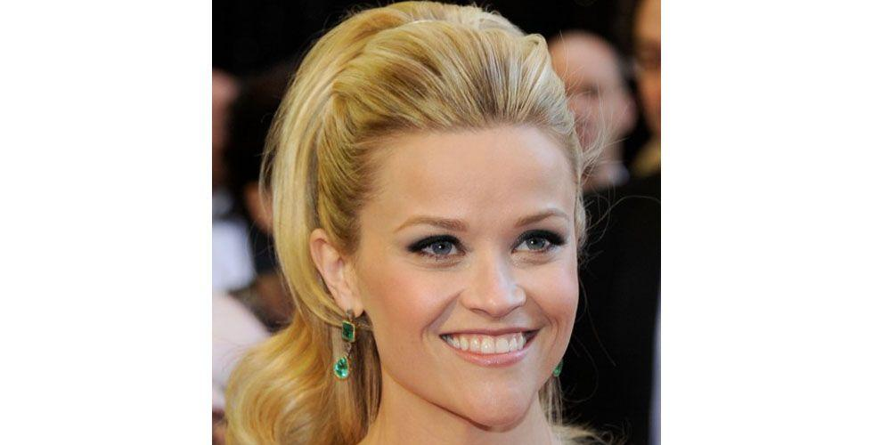 <p>The classic ponytail is more elegant if combined with a topknot. The hairstyle is indicated to soften the volume of armed hair.</p>