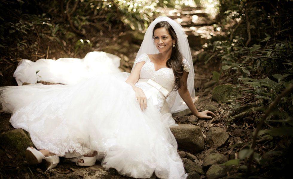 No ensaio do fotógrafo Anderson Miranda, a noiva foi clicada deitada sobre o caminho em um lugar que parece ser um bosque ou parque.