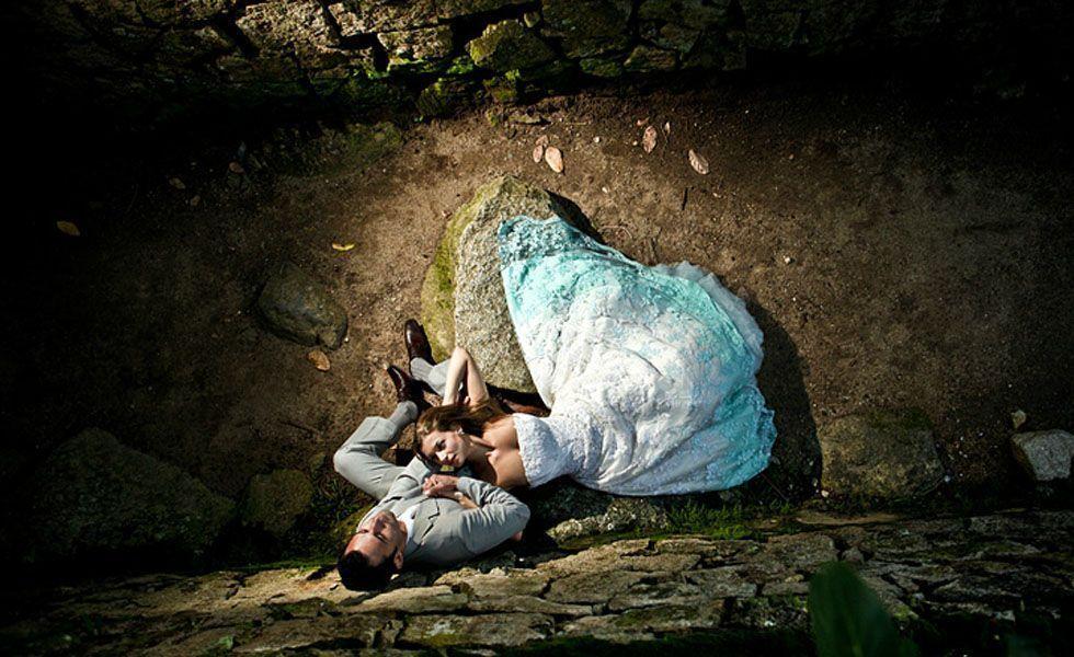 A foto clicada por Evandro Rocha envolve os noivos próximos à rochas em meio à natureza.