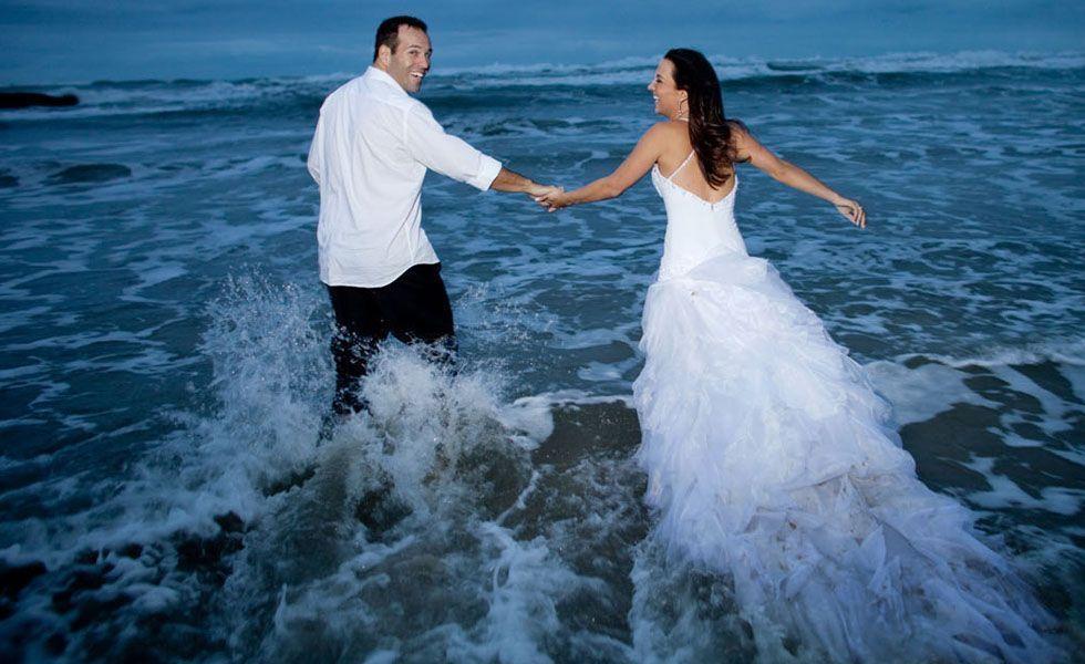 Na foto de Everton Rosa, o casal se jogou no mar e a noiva se divertiu molhando seu vestido.